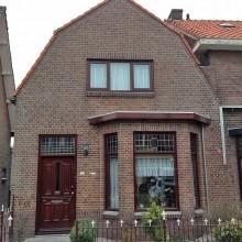 Het aanzicht van de voorgevel na de totale gevelrenovatie aan de Schuytstraat 75 in Rotterdam Pernis.