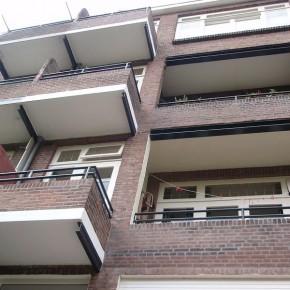 Aanzicht na de totale gevelrenovatie van de woningen te Rotterdam.
