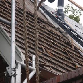 Een beschadigd dak dat gerenoveerd moet worden.