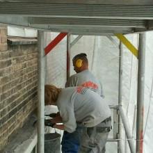Betonreparatie - Inslijpen en verwijderen van de slechte stukken delen beton.