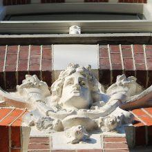 Gerenoveerd beton ornament voorgevel