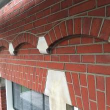 Aanzicht na restauratie van de tuitgevel na reparatie van het metselwerk en het voegwerk.