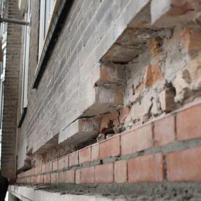 Het uittanden van het metselwerk en het vervangen van de oude doorgeroeste stalen bint.
