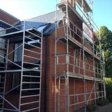 De woning in Hendrik-Ido-Ambacht is voorzien van een vaste gevelsteiger.