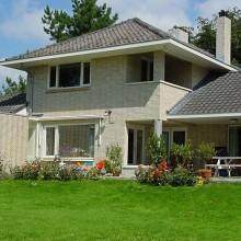 De gevels van deze karakteristieke jaren 30 woning zijn na de gevelreiniging via stralen weer als nieuw.