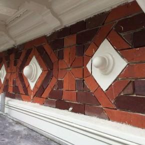 Gemetseld sierwerk bij restauratie monumentaal pand.
