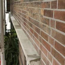 Platvol nagestreken voegwerk bij een gevelrenovatie in de Rotterdamse Provenierswijk.