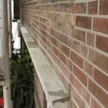 Herstelde beton delen en gerenoveerd voegwerk.