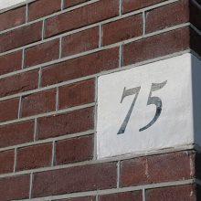 Hoeksteen met huisnummer.
