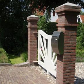 Gemetselde poort bij particuliere woning