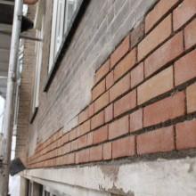 Nieuw metselwerk zoals in het oude bestaande metselverband met een bij passende steen.