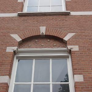 Gevelreiniging en renovatie waarbij de gevels zijn voorzien van een platvol nagestreken voeg.