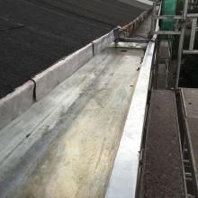 Nieuwe zinken dakgoot.