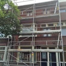 Gevelrenovatie Schiedam: Plaatsen van een vaste gevel steiger