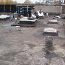 Start van de dakrenovatie van het platte dak van de woningen aan de Schepenstraat 46 te Rotterdam
