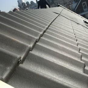 Een schuin dak met nieuwe dakpannen in Rotterdam.