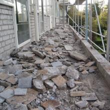 Slopen van de bestaande tegel en dekvloer.