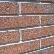 Bij de gladde verdiepte voeg ligt de voeg ongeveer 2 tot 5 mm achter het zichtvlak van de steen.